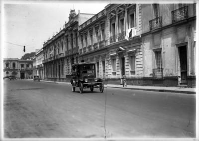 Camión de transporte urbano con dirección Guerrero-Nonoalco, transita por una calle