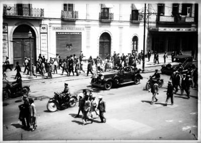 Políticos abordo de un carro son escoltados a su paso por una calle