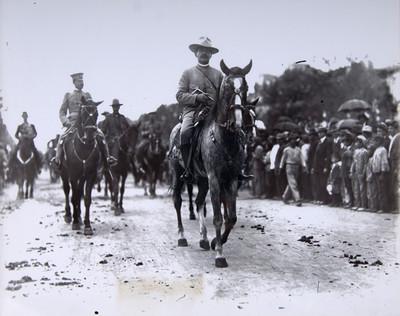 El Gral. Lucio Blanco jefe de la columna militar desfila por las calles de México el 16 de sep. de 1914