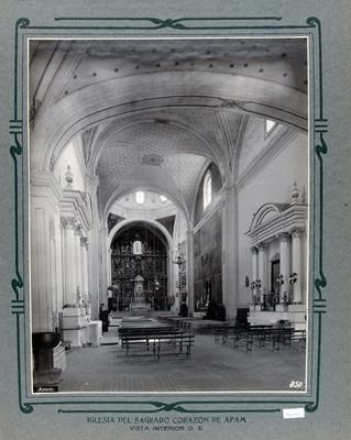 Vista de la nave principal y el Altar Mayor