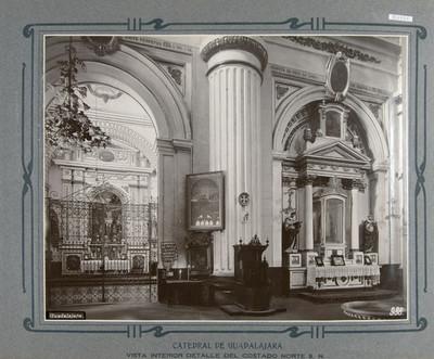 Altar lateral y reja de una capilla