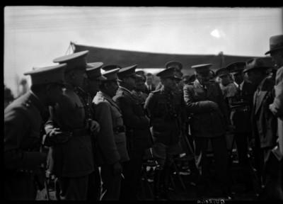 Pablo Quiroga Escamilla conversando con militares y funcionarios en un campo militar