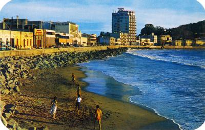 Bañistas en la playa junto al malecón, panorámica, tarjeta postal