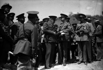 Pablo Quiroga Escamilla recibiendo una granada de otro oficial durante una práctica militar