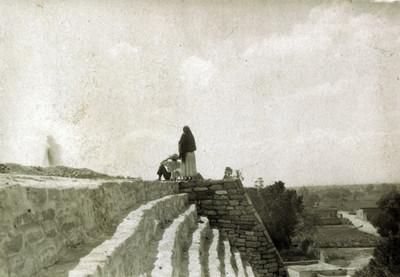 Mujer y hombre sobre las ruinas arqueológicas de Tenayuca