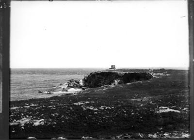 Pirámide a orillas de una playa, vista general