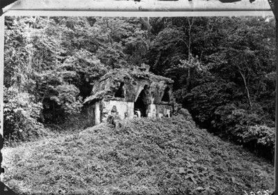 Exploradores y peones descansan afuera del Templo de la Cruz Enramada, retrato de grupo