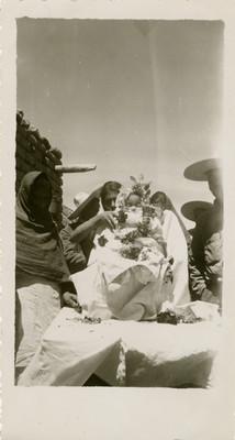 Familia campesina muestra el cadaaver de un niño adornado con flores, retrato de grupo