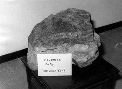 """Fragmento de """"Fluorita"""" con nombre y fórmula química"""
