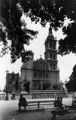 """Hombres sentados frente a """"La catedral[de] Monterrey N.L."""""""