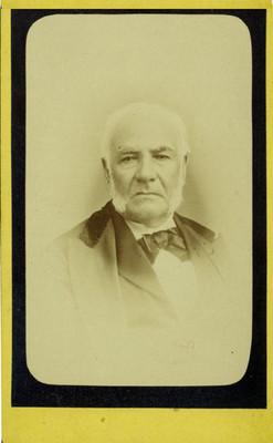 Hombre con traje y corbata de moño, retrato