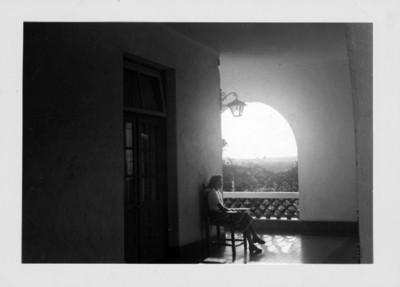 Mujer sentada en una terraza, retrato
