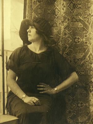 Mujer sentada mira por la ventana, retrato