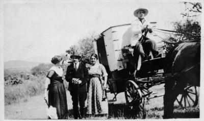 Gente y carruaje con cochero, retrato