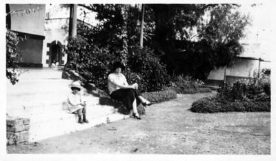 Mujer y niña sentadas sobre escalones