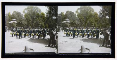 Banda de guerra al frente de desfile por el Bosque de Chapultepec