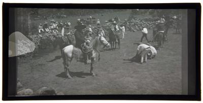 Charros realizan lazadas en un lienzo charro rústico