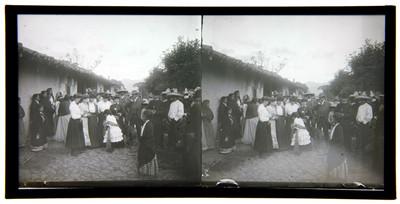 Gente reunida en la calle de un poblado