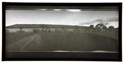 Gente de un poblado reunidos en el exterior de una hacienda