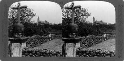 """Vista de una cruz y convento. """"Old Cathedral from the ancient village cross- Cuernavaca, a famous resort of Mexico"""""""