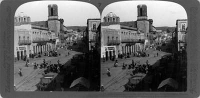 Vista de una calle en Aguascalientes. Street scene in the city of the hot springs