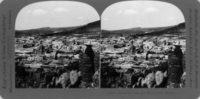 Hombre junto a rocas y vegetación, vista desde los cerros de la ciudad de Zacatecas