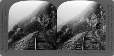 Vista de las vías férreas que llevan a un túnel en el Cañón de Tamasopo