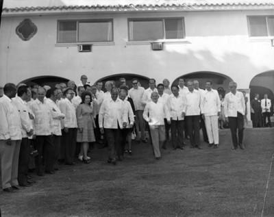 Luis Echeverría reunido con el cuerpo diplomático, en un jardín