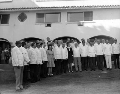 Luis Echeverría Álvarez con el cuerpo diplomático acreditado en México, retrato de grupo