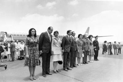 Olof Palme y esposa con funcionarios mexicanos en el Aeropuerto de México, retrato de grupo