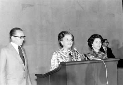 Esther Zuno de Echeverría toma la palabra, Emilio O. Rabasa está a su lado