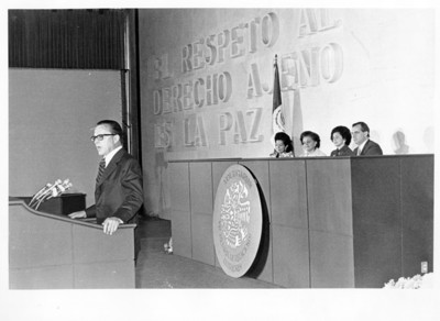 Emilio Rabasa pronuncia discurso delante de María Esther Zuno