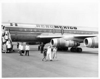 El presidente Luis Echeverría camina por la pista de aterrizaje en compañía de su familia