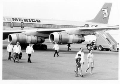 Luis Echeverría con su esposa e hijo, a su llegada al aeropuerto de la ciudad de México