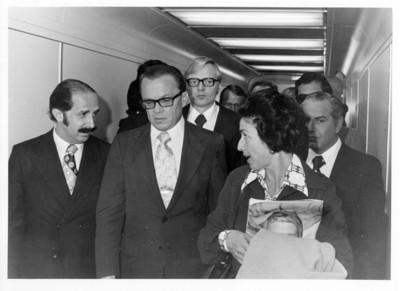 Emilio Rabasa junto a su esposa durante la llegada de Oskar Fisher