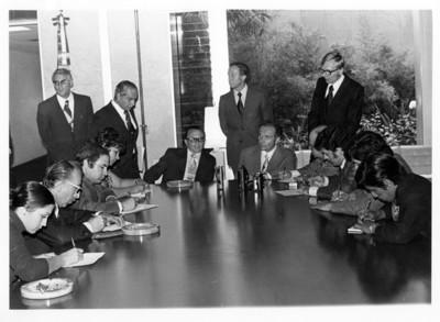 Emilio Rabasa junto a Oskar Fisher en salón de reuniones