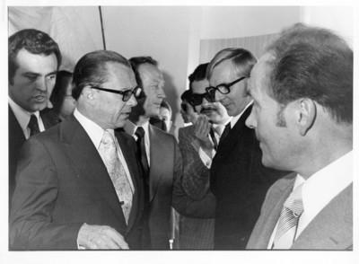 Oskar Fischer de perfil frente a Emilio Rabasa, ambos junto a diplomáticos