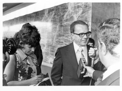 Emilio O. Rabasa sonríe a reporteros que lo entrevistan en edificio de la SRE
