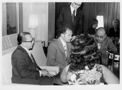 Emilio Rabasa de perfil sentado sobre sillón, sentado a su lado se encuentra Oskar Fischer, reunión diplomática