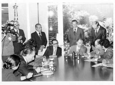 Reporteros y diplomáticos durante conferencia en la SRE