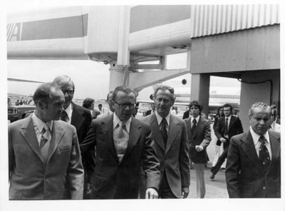 Emilio Rabasa recibe a Oskar Fisher en aeropuerto