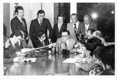 Reporteros escriben durante conferencia de prensa de Emilio O. Rabasa