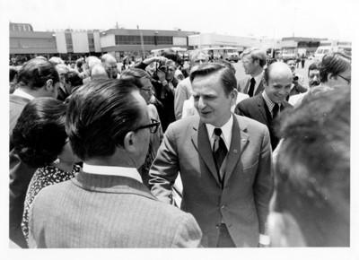 Olof Palme saluda de mano a Emilio O. Rabasa en el aeropuerto