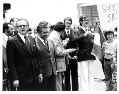 Emilio O. Rabasa junto a Hugo Cervantes del Río, esperan la llegada de Olof Palme en el aeropuerto