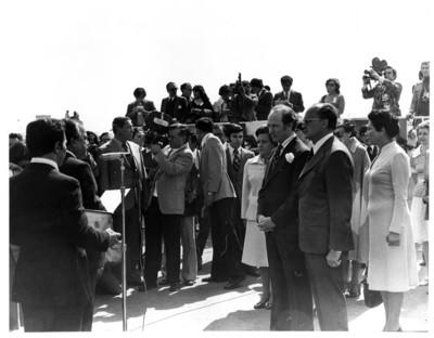 Luis Echeverría con Pierre Elliot Trudeau durante ceremonia de bienvenida en el hangar presidencial