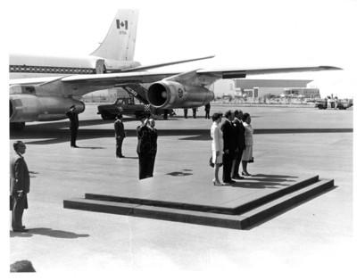 Presidentes de México y Canadá con sus esposas en ceremonia de bienvenida en el aeropuerto