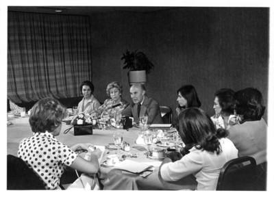 """Alfonso García Robles durante desayuno con mujeres del grupo """"20 Mujeres y un Hombre"""""""