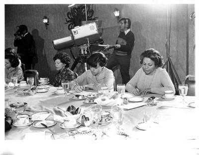 Mujeres escriben durante conferencia de prensa en la Secretaría de Relaciones Exteriores