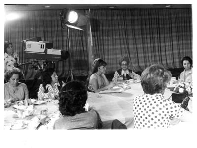 Grupo de mujeres sentadas a la mesa durante conferencia de prensa