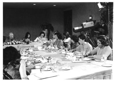 Grupo de mujeres realizan anotaciones durante discurso de Alfonso García Robles